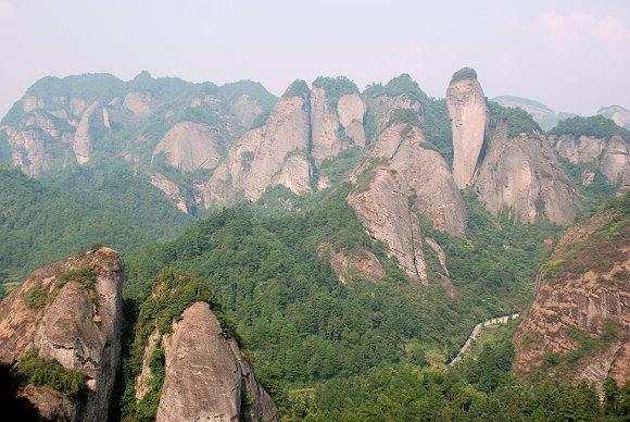 Der Chili-Berg im Hintergrund des Langshan-Nationalparks