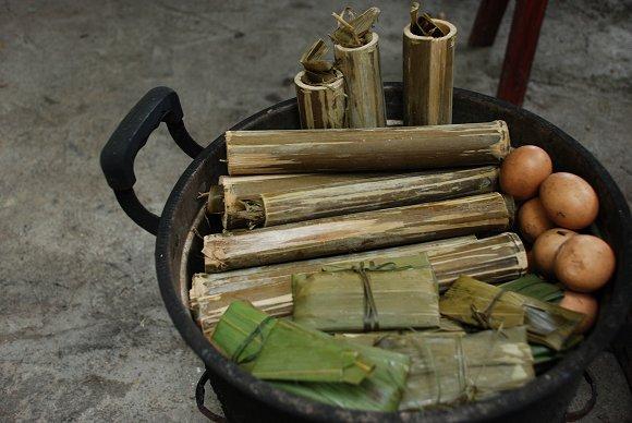 Reis im Bambusrohr. Man ist unterwegs gut versorgt!