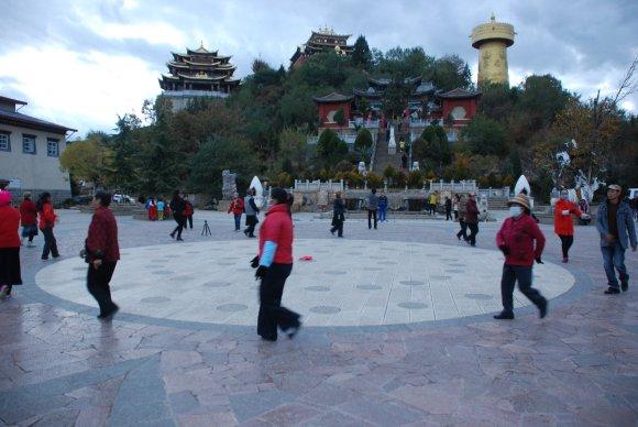 Tibetische Einheimische tanzen mit den Touristen zusammen auf dem Mondlicht-Platz in Shangri-La