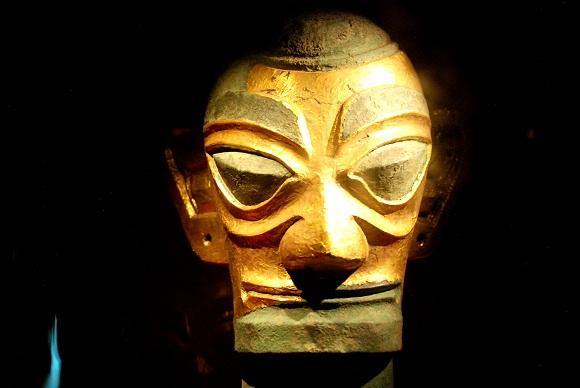 Sanxingdui Bronzekopf mit einer Maske aus Goldfolie