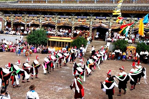 Die Tibeter und die Tu feiern  das Rebgong-Festival im Tongren.