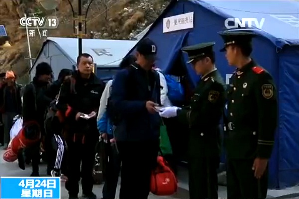 Passkontrolle beim Tibet-Nepal-Grenzübergang zwischem Kyirong und Rasuwa